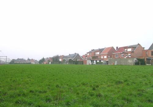 Buggenhout – Sportveldstraat: een perceel akkerland, gelegen in woonzone.